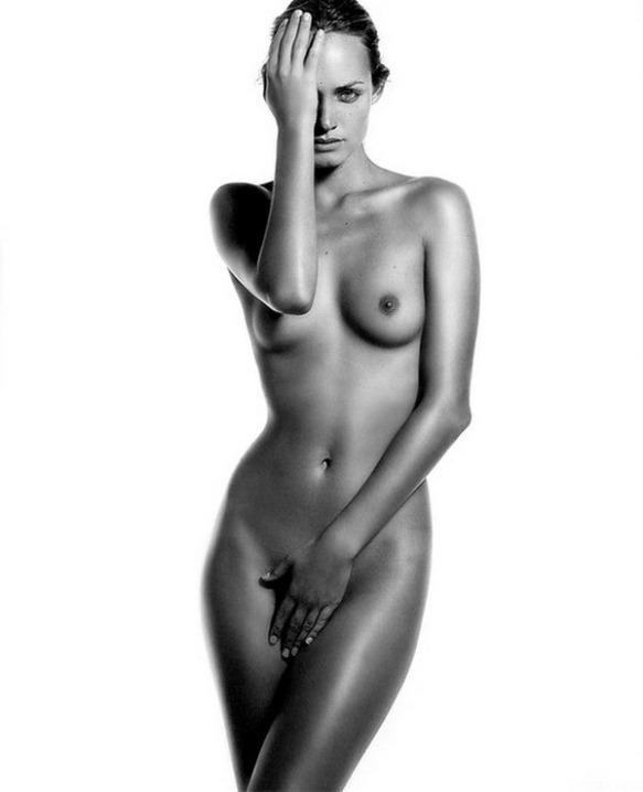 Amber Valletta Nude Pics photo 12