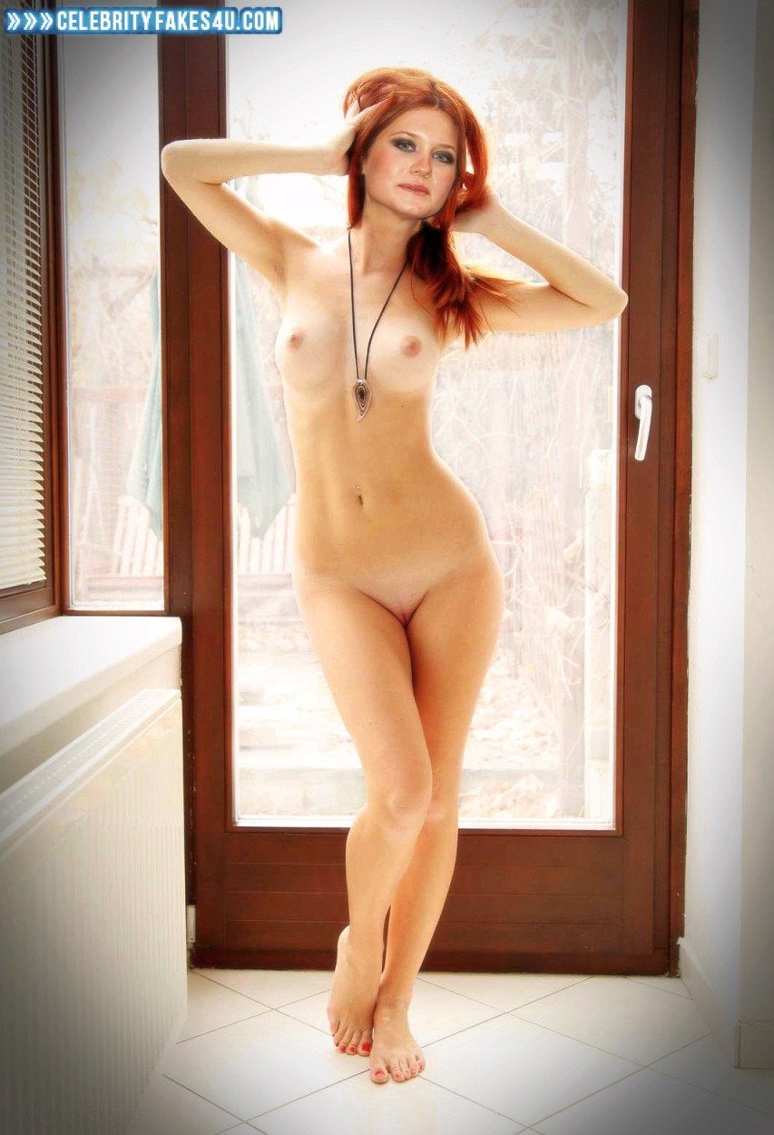 Bonnie Wright Tits photo 5