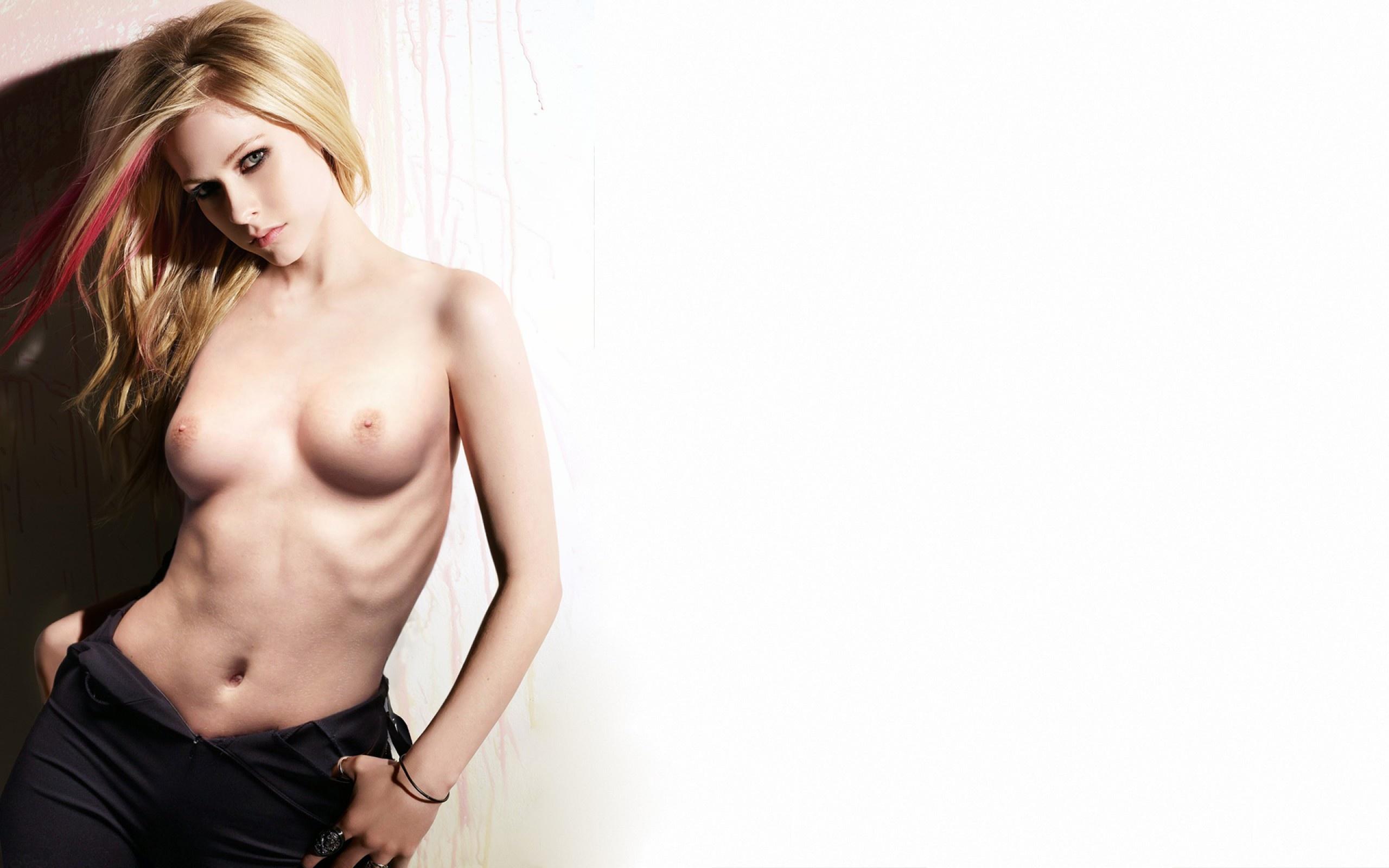 Avril Lavigne Boobs photo 14