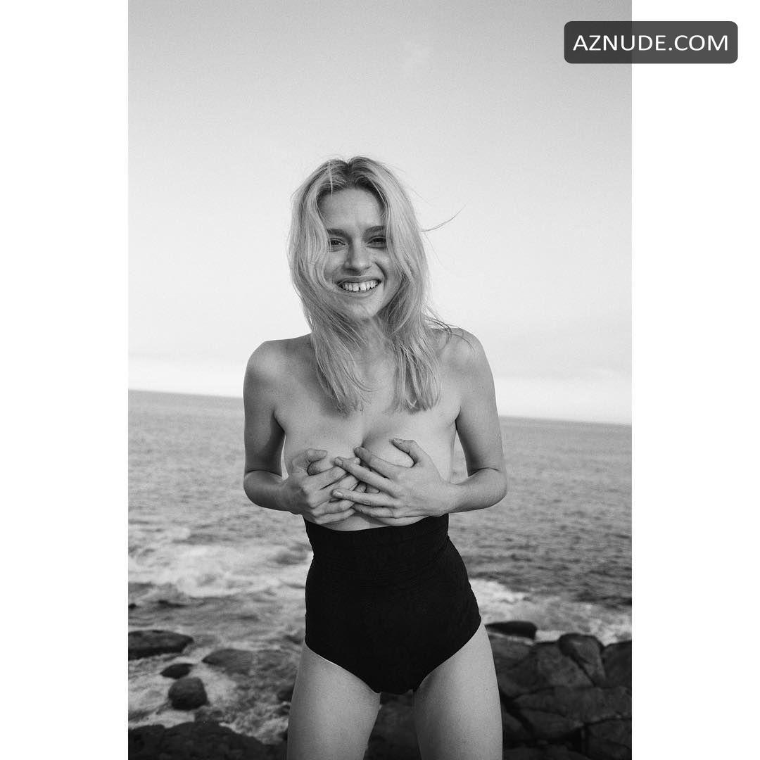 Elle Topless photo 16