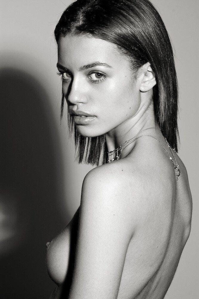 Elle Topless photo 5