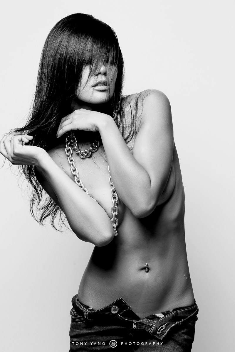 Elle Topless photo 3