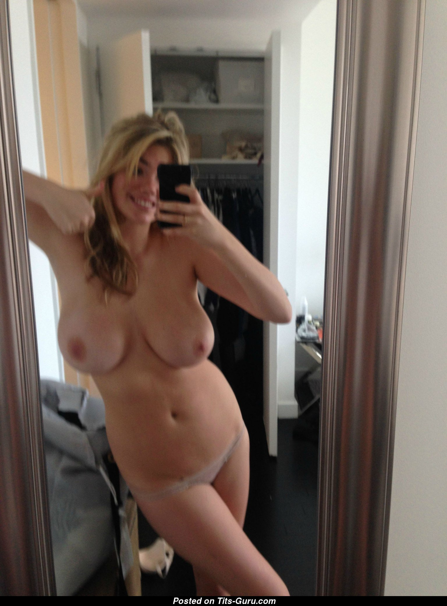 Kate Uptons Tits photo 1