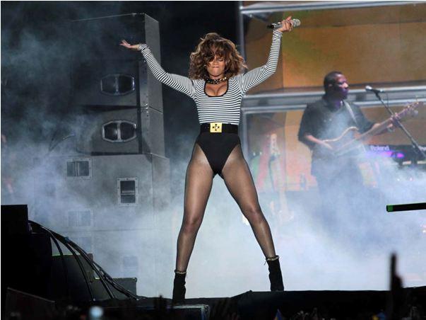 Rihanna Gets Cheeky In Brazil photo 13