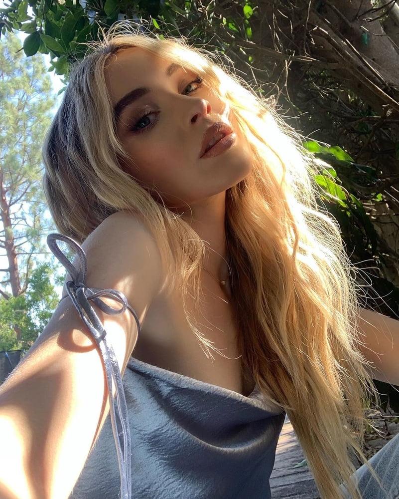 Sabrina Carpenter Nipples photo 15